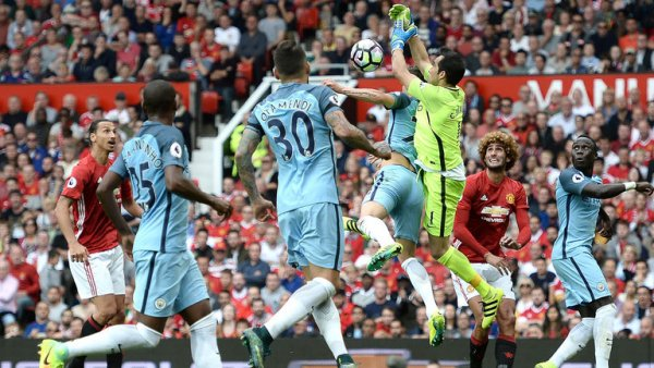 manchester-city-manchester-united-manchester-derby-fumble-flap-claudio-bravo_3783244.jpg